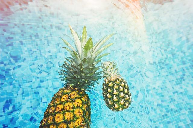 ananasy v bazénu