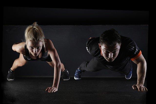 muž pomáhá ženě při cvičení