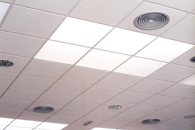 strop klimatizované místnosti