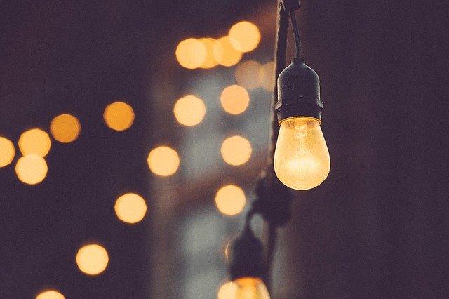rozsvícená stropní žárovka