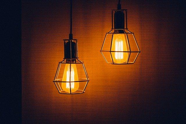 dvě rozsvícené visací lampy